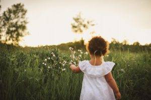 Kind auf der Wiese